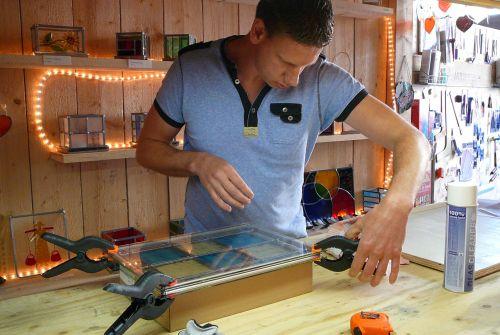 Glasplaten onder en boven glas-in-lood leggen en vastklemmen